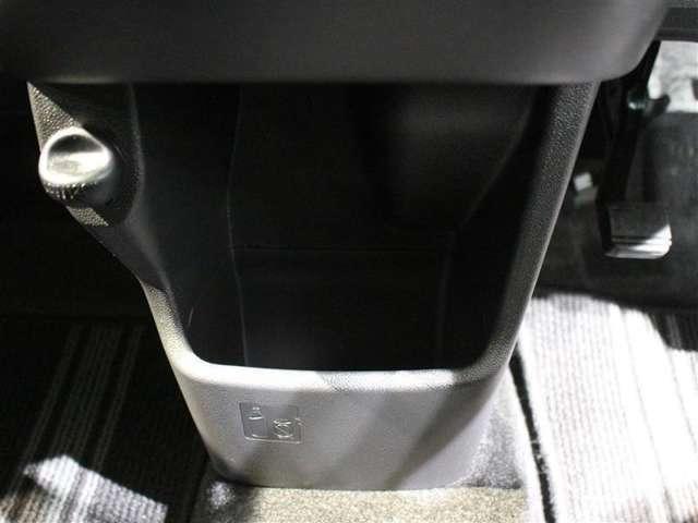 運転席と助手席の間にセンターロアボックスがあります!