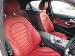 スポーティな赤革シート!体にフィットし長時間の着席も快適です。