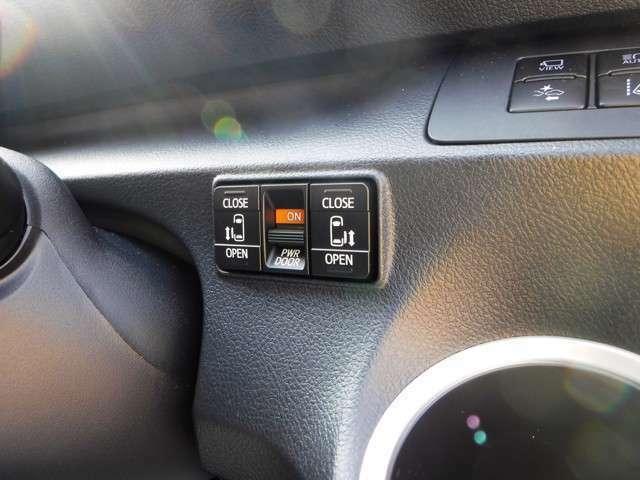 両側電動スライドドア、になっております。運転席から、ボタンでの操作も可能です。まずは在庫確認のお電話をお待ちしております。(0066-9711-204819)ネット担当の高田まで電話お待ち致しております。