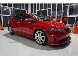 スポーツカーらしいデザインに赤の外装色。純正アルミホイールが強靭な走りを演出。無限のエアロパーツをはじめ、エアークリーナーBOXと高価なパーツをチョイス