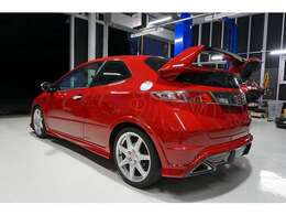 レッドの外装色がとても綺麗で、スポーツカーらしいデザインと相まってカッコいいスタイルです