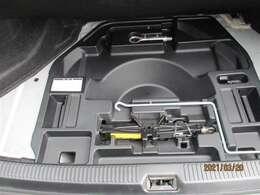 「工具など」最近の自動車はパンクする事がめっきり減っています。使用する時はここに入っています。