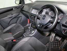 デザイン性と機能性を兼備えた運転席のスイッチ/レバー。