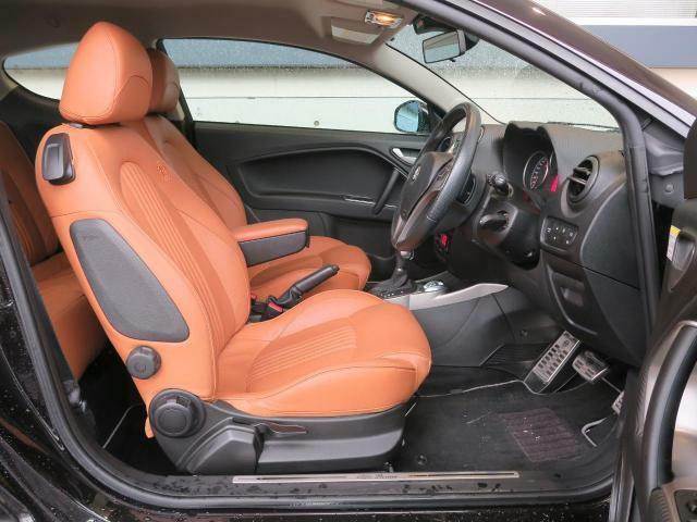 ●ブラウンレザーシート:ゆったりとしたドライバースペースで、長時間の運転でも快適にお過ごしいただけます。