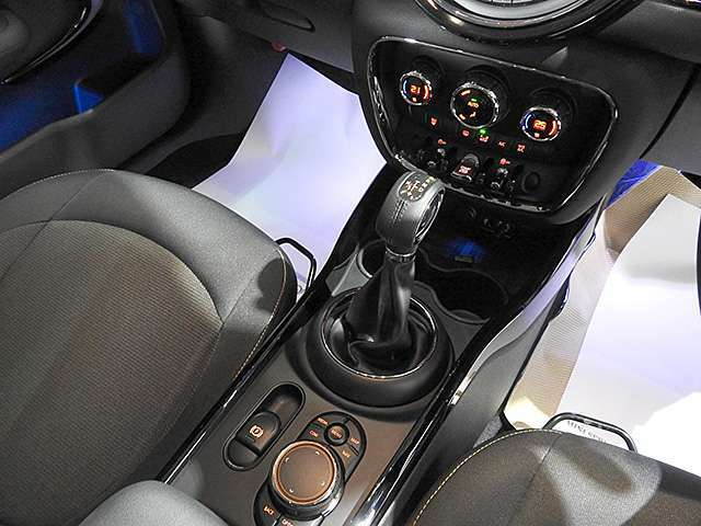 MTモード付き8速AT。電動サイドブレーキ採用