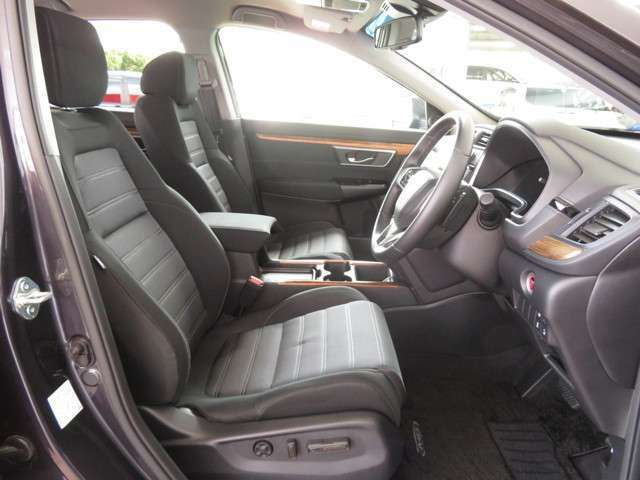 フロントシートは電動パーワーシートを採用★シート前後のスライド・リクライニングの角度、高さを電動で調整可能です★2名分のドライビングポジションを登録可能なメモリー機能を採用★スイッチで記憶位置を再生★