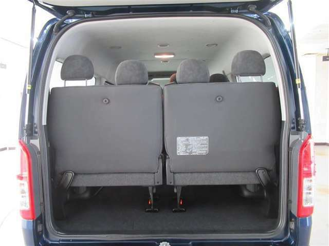 4列目のシート使用時もシート下に荷物を置くスペースが確保されています。