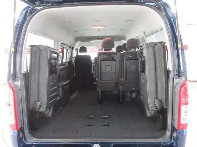 後部座席を収納すれば広い荷室を更に拡大。大きな荷物もお任せください