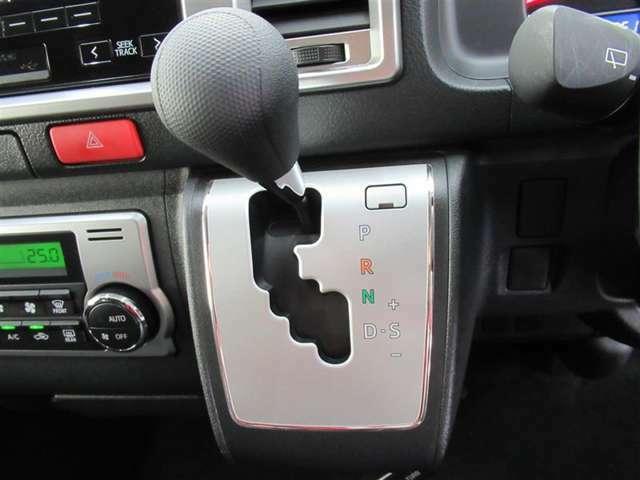 ATのレバーは従来型で誤操作を防いでくれるゲート式。使い慣れたタイプなので安心です