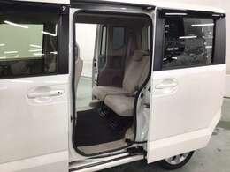大きく開いて乗り降りしやすいスライドドアです。    後席の足元(かかと付近)がスッキリと広いのがN-BOXの特徴です。