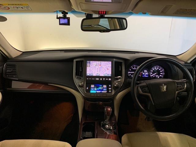 シックな色使いの運転席周りですね。すっきりとしたデザインで上品な色使いです。