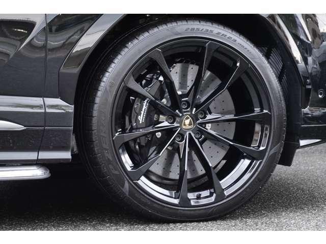 【オプション】23インチアルミホイール・ブラックキャリパー・セラミックカーボンブレーキ。