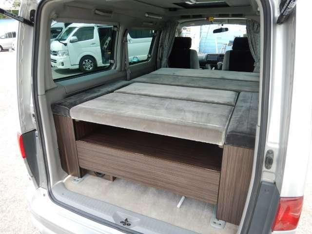 最後部は家具が装備されておりベットとして使用が可能です!