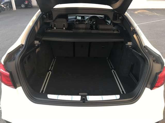 BMWではスペアタイヤが非搭載となるため、スペースは拡大されており、収納スペースとして利用可能。トランクの下にも収納スペースがあり、意外と役に立つスペースでございます。