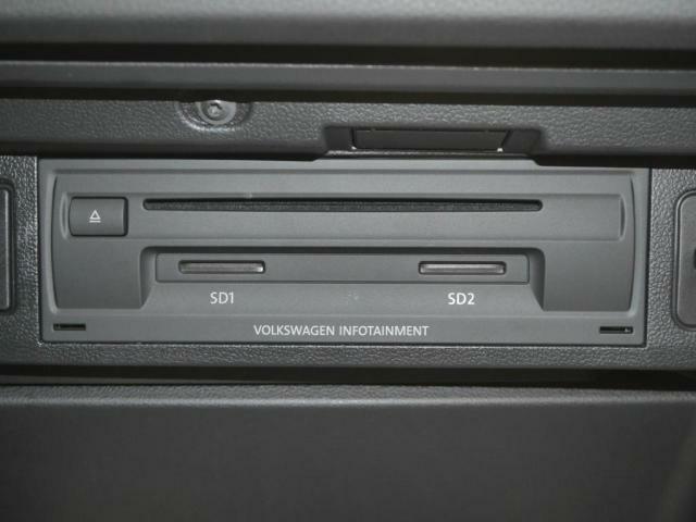 CDやSDカードの挿入口はグローブボックスの中にすっきりと納まっています。