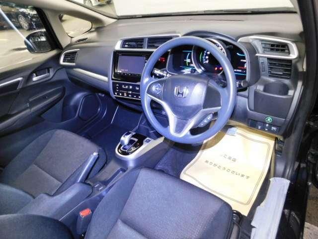 運転席は、大きな座面と包み込むような背もたれがドライバーの身体全体をしっかり支えます。長時間の運転も快適です。