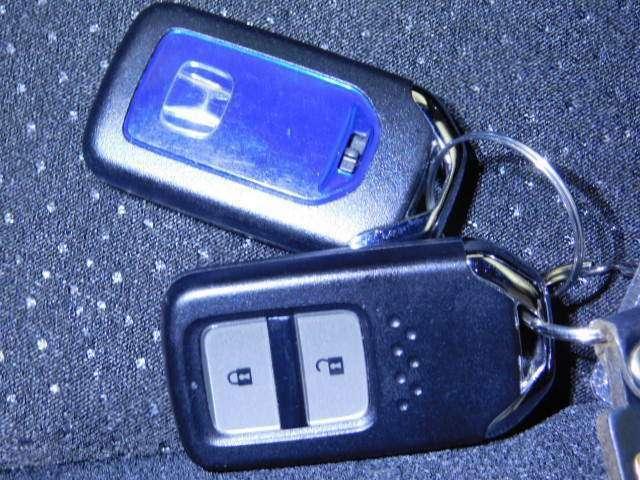 スマートキーは、エンジン始動、ドアロック施錠・解錠が鍵を取り出すことなく操作できます。