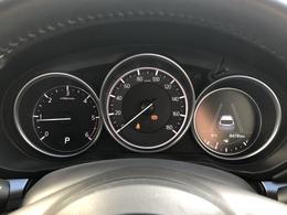 マルチインフォメーションディスプレイをメーター右側に配置しております。レーダークルーズの設定や各種項目を確認できますので走行中に必要な情報を瞬時に確認できます。