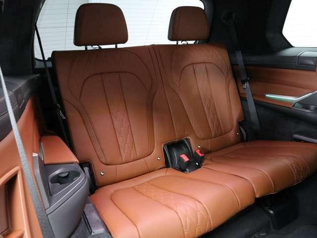 いざという時にとても便利に使えるサードシートは、X7の車両サイズもあり心地よいです