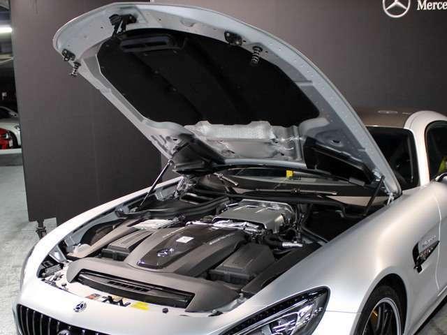 ■「AMGカーボンファイバーエンジンカバー」