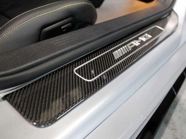 ■「AMGカーボンファイバーステップカバー」