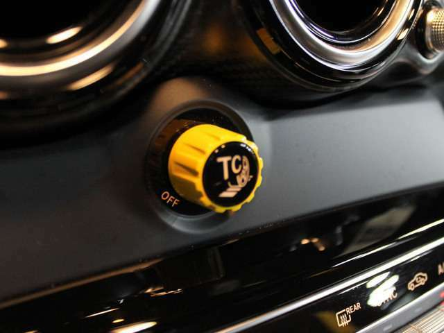 ■「AMGトラクションコントロール」■「AMGカーボンファイバーステップカバー」