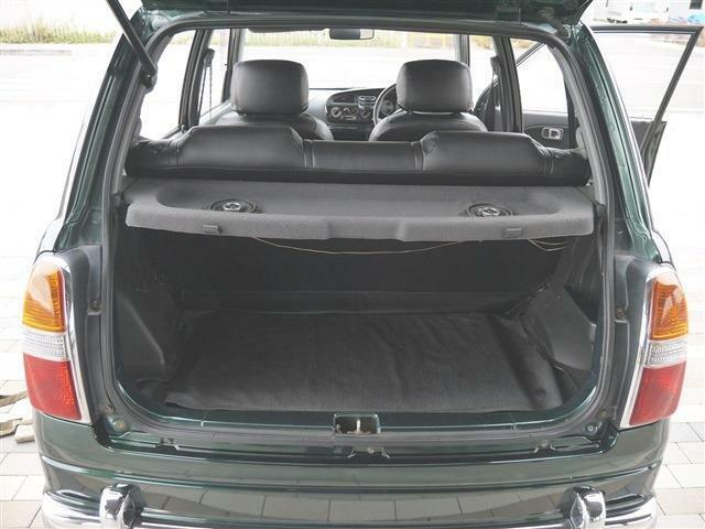 ●車内最後部1● 3列シートのクルマなら足元のスペースが広くて乗り降りのし易いのが良いですね! 2列シートは荷室空間をご自身のライフスタイルにあわせて探すと使い勝手がいいですよ。