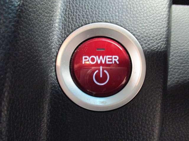 【プッシュスタートボタン&スマートキー】ポケットやカバンの中から鍵を取り出す手間がなく、ドアロック開閉やエンジン始動が可能です!!特に雨の日でもスムーズに車内に乗り込めるのでとても便利です♪
