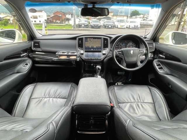 ブラックで統一された車内はカッコいい!黒革調シートで高級感もUP☆TコネクトSDナビにTV・BT音楽・サウンドシステム・Bカメラ・レーダークルーズやプリクラなど安全&便利な機能も一通り揃っております!