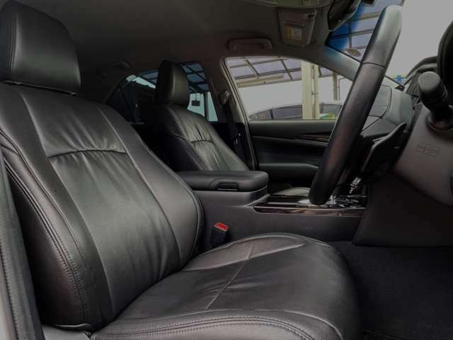 有名メーカー!クラッツィオの黒革調シート!装着されている事により車内が一気に高級感がUP☆見た目だけでなく飲み物をこぼして汚れてしまった際など水拭ができるので便利!運転席・助手席共にパワーシート完備