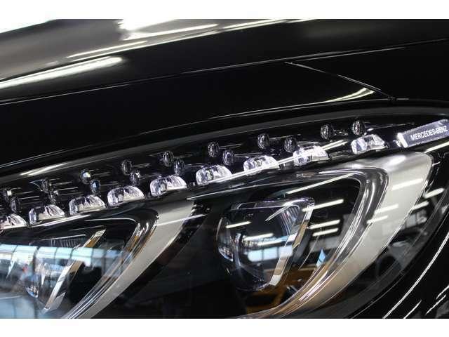 オプションのスワロフスキーのガラスを使用したLEDハイパフォーマンスヘッドライト。