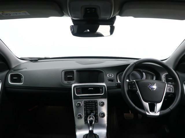 H30年式S60 D4 タックエディシがご入庫致しました。外装は人気のオニキスブラック、内装は高級感のある黒革シートです。パワーシート、シートヒーターなど付いた装備充実の一台でございます。