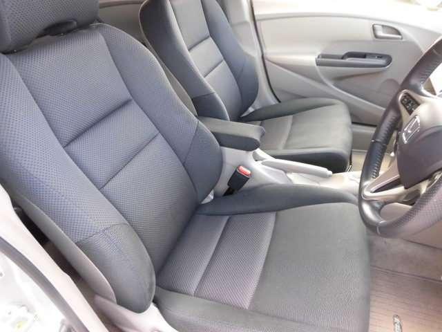 運転席シートもほとんど傷みやスレも無く車内も嫌な臭いも無くとても良好な状態です。