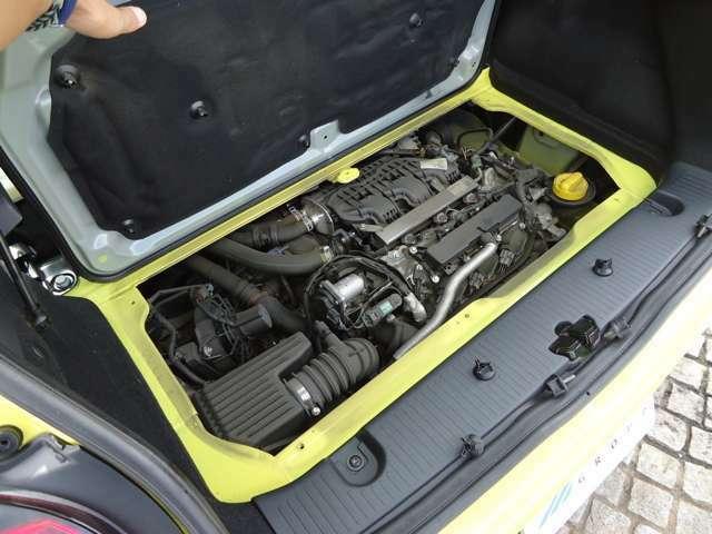 トランクマットを浮かしてボードを外すとエンジンが現れます。900ccターボエンジンです。