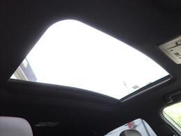 ●人気のオプション装備の【サンルーフ】付き☆風を取り入れる事ができ車内からの開放感と、高級感もアップします☆