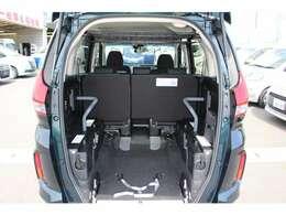スロープ板を展開して車いすの方が入ります。車いすの方1名と他に5名の6人乗りになります。