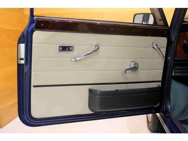 シートと同色のドアパネル。インナーハンドルはメッキで統一されています。ウッドドアキャップも追加装備!