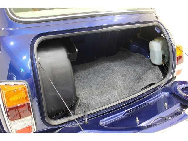 可愛らしいトランクには、スペアタイヤとバッテリーが収まっています