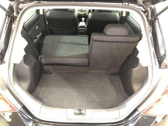 後部座席は分割でシートをたおすことができます。大きな荷物、ゴルフバックも積めます。上質で広々とした室内だから、みんなが心地よく車内で快適に過ごせます♪