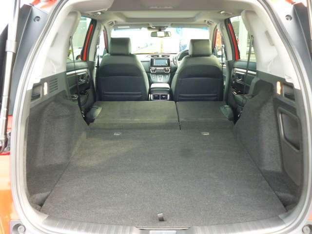 トノカバーは取り外し可能です。後席をダイブダウンすれば、大きな荷物なども載せやすくなります。