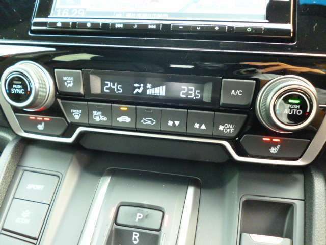 左右独立温度調整式プラズマクラスター機能搭載フルオートエアコンです。前席シートヒーター付き。