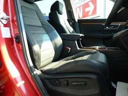 前席パワーシートを採用。運転席はシートポジションメモリー機能付きです。