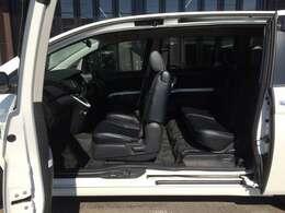 助手席ドアとスライドドアの間にピラーが無く、大開口できるので、乗り降りや、荷物の積み下ろしが楽々です!