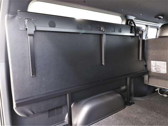 助手席側のマット裏に支柱があり、折り畳み式にもなっております!
