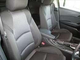 ブラック基調で少し硬めの布地を使用したフロントシートです。適度なサポート感と快適な座り心地が特徴です。アクセラは正しく着座するとドライバーと車体が正対するように設定されています★☆★☆