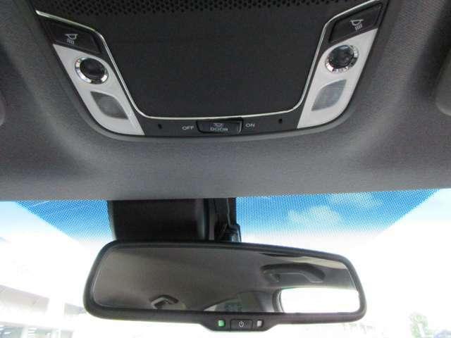 夜の車内もスポットライトで明るく照らします。物を探したり手元を確認するのに便利です。
