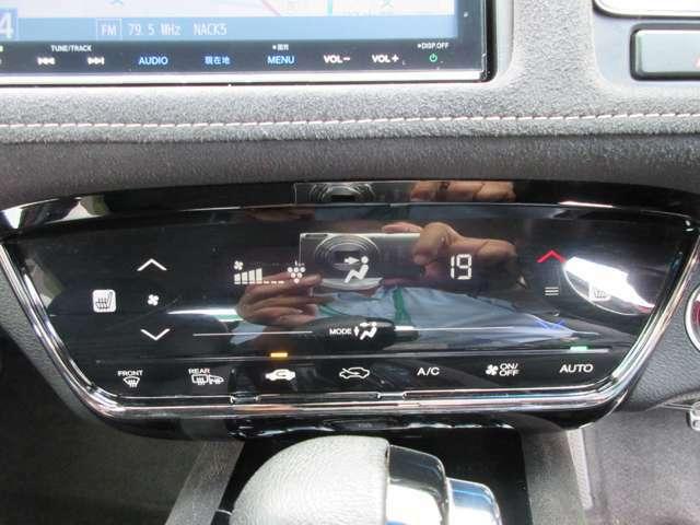 オートエアコン装備。温度設定だけで快適な車内に!