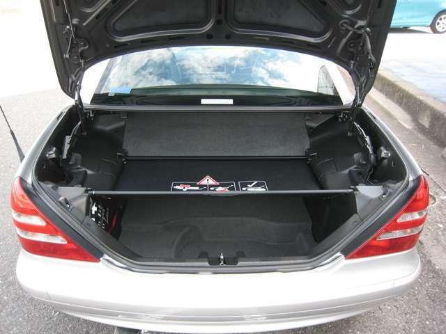 トランクの仕切り下のスペースにも少し荷物積めます!
