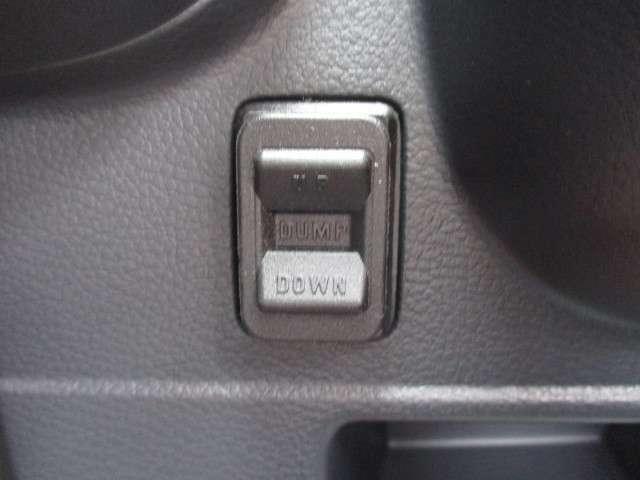 ボタン一つで簡単に荷台の上げ下げができます!!