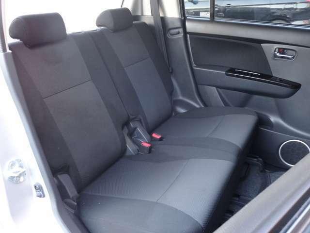 後席も使用感を感じないとてもきれいな状態です!足元のスペースもゆとりがあり、大人4人が十分くつろげる空間となっております。